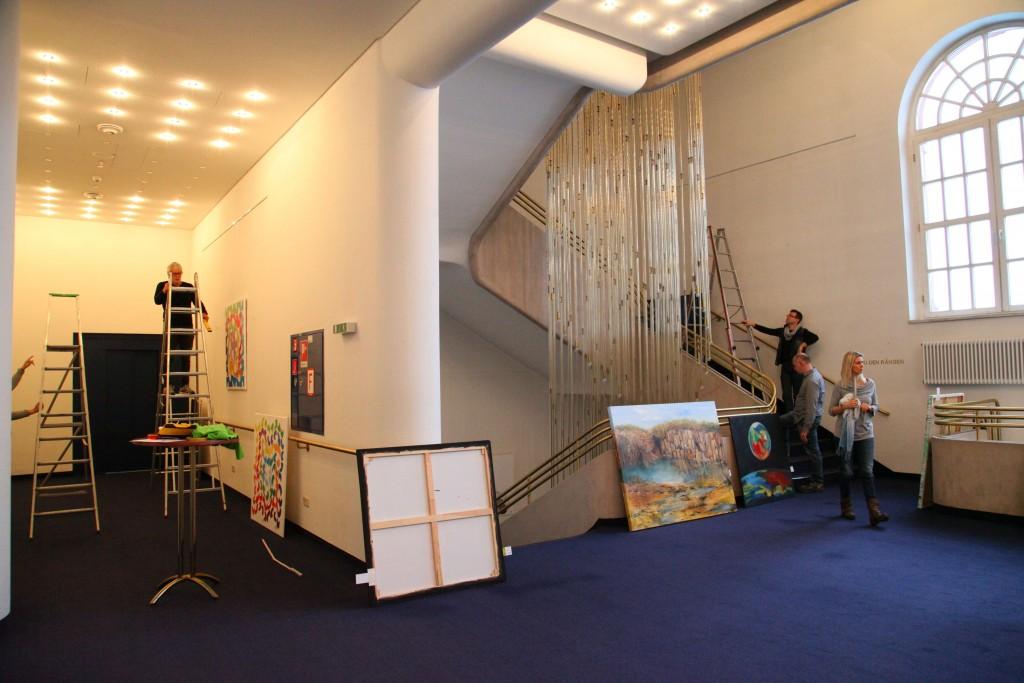 Bilder für die neue Saalbauauststellung werden gehängt